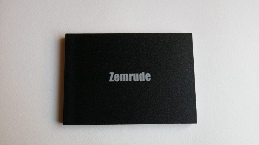 Zemrude zine Title: Zemrude Author: Arlindo Pinto Editor: Self-Publishing Dimensions: 13 x 18 cm Pages: 24 Edition: 20 copies (regular) + 5 copies (collector's edition) Edition Year: 2015 It is the mood of the beholder which gives the city of Zemrude its form. If you go by whistling, your nose […]