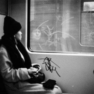 Rapariga sentado num comboio em andamento fotografada por Arlindo Pinto fotógrafo